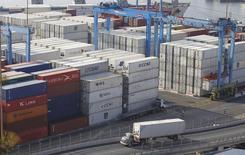 Una serie de contenedores apilados en el puerto de Valparaíso, Chile,, abr 5 2013. El Producto Interno Bruto de Chile creció un 1,9 por ciento interanual en el segundo trimestre, su menor ritmo desde el 2009, debido a un freno de la demanda interna y al bajo dinamismo del comercio exterior, que no han repuntado pese al mayor estímulo monetario. REUTERS/Eliseo Fernandez