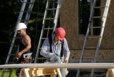 Imagen de archivo de un grupo de carpinteros en las obras de construcción de un proyecto en Brandywine, EEUU, mayo 31 2013. La confianza de los constructores de casas de Estados Unidos subió en agosto a su máximo nivel desde enero al mejorar las condiciones del mercado laboral, mostraron el lunes datos de la Asociación Nacional de Constructores de Viviendas (NAHB, por sus siglas en inglés).      REUTERS/Gary Cameron