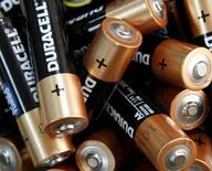 Procter & Gamble pourrait vendre les batteries Duracell et les rasoirs Braun dans le cadre de son programme de cessions annoncé au début du mois, selon des sources proches du dossier. /Photo prise le 17 avril 2012/REUTERS/Anatolii Stepanov