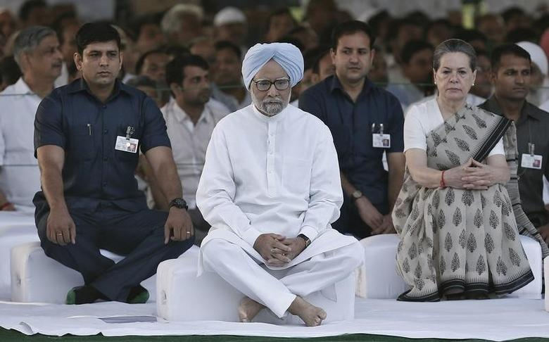 Outgoing Indian Prime Minister Manmohan Singh (C) along with India's Congress party chief Sonia Gandhi (2nd R) sit after paying respects at the Rajiv Gandhi memorial on the occasion of the former Indian Prime Minister's 23rd death anniversary in New Delhi May 21, 2014.  REUTERS/Adnan Abidi