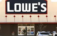 Lowe's, le numéro deux mondial des magasins de bricolage et d'aménagement intérieur, a revu en baisse sa prévision de chiffre d'affaires annuel. Le groupe américain n'attend plus qu'une progression d'environ 4,5% de ses ventes, contre environ 5% auparavant. /Photo d'archives/REUTERS/Rick Wilking