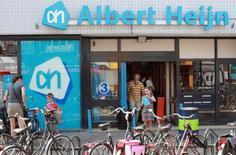 Supermarché Albert Heijn à Utrecht, chaîne d'Ahold aux Pays-Bas. Le groupe néerlandais de supermarchés a enregistré des résultats inférieurs aux attentes au deuxième trimestre en raison notamment d'une chute de ses ventes aux Etats-Unis et aux Pays-Bas, ses deux principaux marchés. /Photo d'archives/REUTERS/Michael Kooren