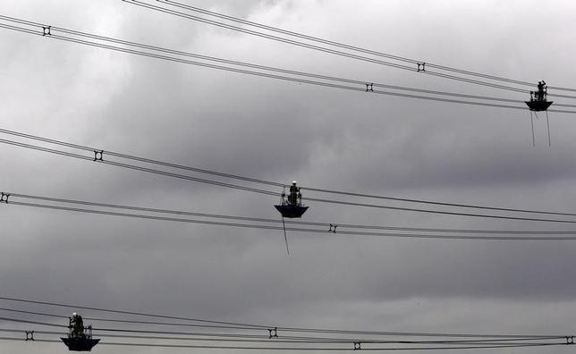 Men carry out work on electricity power lines near Tamworth, central England, August 7, 2010. REUTERS/Darren Staples