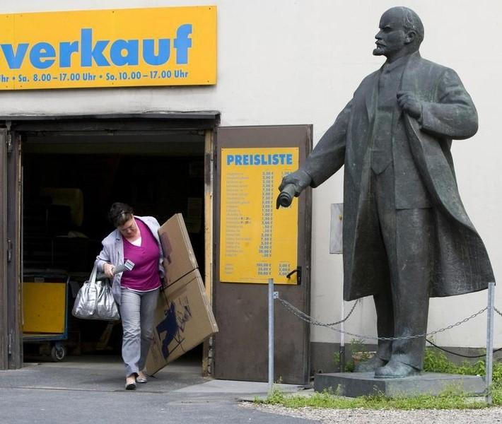 A statue of Soviet state founder Vladimir Lenin stands in the yard of a removal company on the Western side of the former Berlin Wall borderline at the Spree river in Berlin July 14, 2009. The sign reads: ''sale''.  REUTERS/Thomas Peter