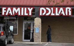 Le distributeur discount américain Family Dollar a rejeté jeudi l'offre de rachat présentée par Dollar General, accusant notamment son concurrent de ne pas prendre en compte la législation anti-monopole et tout en réaffirmant être favorable à la proposition de rachat de Dollar Tree. /Photo d'archives/REUTERS/Rick Wilking