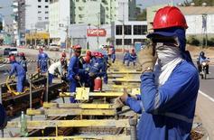 Unos trabajadores en las obras de construcción del tranvía de Cuiabá, jun 11 2014. La creación de empleos en Brasil se desaceleró en julio a su ritmo más débil para el mes desde 1999, en otra señal de que la mayor economía de Latinoamérica podría haber caído en recesión en medio de una disputada carrera presidencial.  REUTERS/Eric Gaillard
