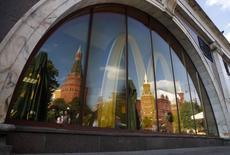 En la imagen, las paredes y torres del Kremlin se reflejan en una ventana de un restaurante cerrado de McDonald's en Moscú. 21 de agosto, 2014. Las autoridades rusas extendieron el viernes su vigilancia sobre McDonald's a varias regiones más, realizando inspecciones en un número de restaurantes manejados por la cadena estadounidense de comidas rápidas, en medio de un enfrentamiento diplomático con Occidente por Ucrania. REUTERS/Maxim Zmeyev