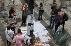 Pessoas observam ofertas de emprego no centro de São Paulo em 13 de agosto.  REUTERS/Paulo Whitaker