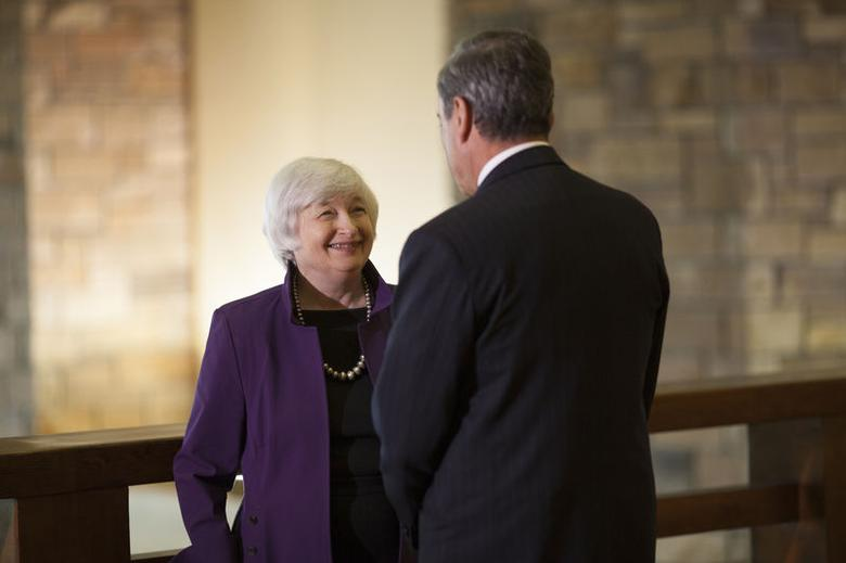 U.S. Federal Reserve Chair Janet Yellen (L) speaks with European Central Bank President Marlo Draghi at the Jackson Hole Economic Policy Symposium in Jackson Hole, Wyoming August 22, 2014. REUTERS/David Stubbs