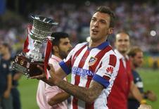 Atacante Mario Mandzukic comemora conquista do título da Super Copa da Espanha pelo Atlético de Madri. 22/08/2014. REUTERS/Juan Medina