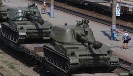 Ж/д состав с самоходными гаубицами на вокзале в городе Каменск-Шахтинский Ростовской области 23 августа 2014 года. Украинские военные сообщили, что сепаратисты на востоке страны пытаются открыть второй фронт, и обвинили Россию в поставке через границу 10 танков, двух бронемашин и персонала для этих целей. REUTERS/Alexander Demianchuk