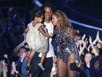 Beyonce com Jay-Z e a filha Ivy Blue na cerimônia dos prêmios MTV Video Music Awards. 24/08/2014 REUTERS/Lucy Nicholson