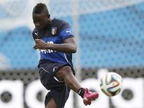 Italy's national soccer players Mario Balotelli attends a training session at the Dunas Arena soccer stadium in Natal June 23, 2014.  Italy will face Uruguay on June 24.    REUTERS/Toru Hanai (BRAZIL  - Tags: SPORT SOCCER WORLD CUP)