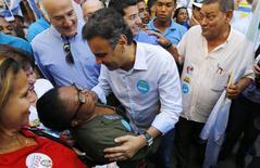 Candidato à Presidência do PSDB, Aécio Neves, faz campanha no centro do Rio de Janeiro. 25/08/2014 REUTERS/Ricardo Moraes