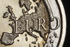Карта Европы на монете 2 евро в Риме 3 декабря 2011 года. Курс евро к доллару снизился до годового минимума за счет возможности смягчения политики Европейского центрального банка и слабых макроэкономических данных еврозоны. REUTERS/Tony Gentile