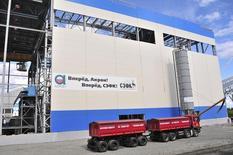 Фабрика Северо-Западной фосфорной компании в Мурманской области 24 июля 2012 года. Российский агрохимический холдинг Акрон по итогам первой половины 2014 года увеличил чистую прибыль на 25 процентов в годовом сравнении за счет продажи акций Уралкалия, сообщила компания во вторник. REUTERS/Andrey Kuzmin