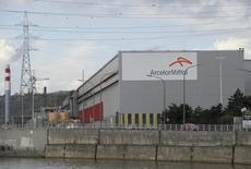 """ArcelorMittal, qui est en hausse de 2,3% à la mi-séance à la Bourse de Paris, profite d'une note d'UBS, la banque ayant relevé son conseil sur la valeur de """"vendre"""" à """"acheter"""". Le CAC 40 de son côté cède 0,04% à 4.340,49 points. /Photo d'archives/REUTERS/Laurent Dubrule"""