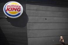 Burger King et Tim Hortons ont confirmé mardi leur projet de fusion qui va donner naissance au numéro trois mondial de la restauration rapide. /Photo prise le 25 août 2014/REUTERS/Carlo Allegri