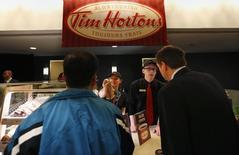 Funcionários da rede de café e donuts Tim Hortons servem lanches durante encontro anual de acionistas em Toronto, no Canadá. 8/05/2014. REUTERS/Peter Jones