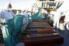 Caixões com os corpos de imigrantes que morreram afogados enquanto tentavam chegar à Europa são vistos em barco da Marinha em Augusta, na Sicília, Itália, nesta terça-feira. 26/08/2014  REUTERS/Antonio Parrinello