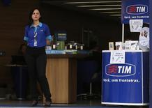 Atendente na porta de loja da TIM no centro do Rio de Janeiro. 20/08/2014 REUTERS/Pilar Olivares