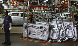 En la imagen, un trabajador brasileño junto a puertas de automóviles en una planta de ensamblaje cerca de Sao Paulo. 13 de agosto, 2013.  El Indice de Confianza de la industria brasileña (ICI) cayó un 1,2 por ciento en agosto respecto de julio, una octava baja consecutiva que destaca el sombrío escenario para la actividad económica del país este año. REUTERS/Nacho Doce