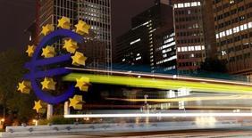 Logo do euro fotografado em frente à sede do Banco Central Europeu, em Frankfurt. 2/09/2013. REUTERS/Kai Pfaffenbach