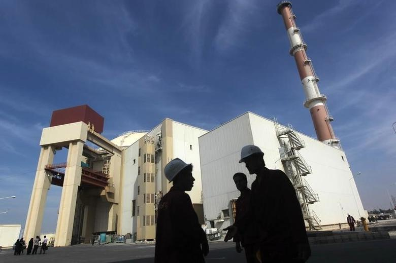 Iranian workers stand in front of the Bushehr nuclear power plant, about 1,200 km (746 miles) south of Tehran October 26, 2010.  REUTERS/Mehr News Agency/Majid Asgaripour