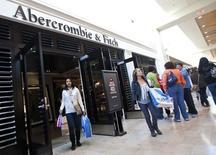 Abercrombie & Fitch, qui est à suivre à Wall Street, a fait part jeudi d'une baisse de 6% de ses ventes trimestrielles que le groupe de prêt-à-porter impute à un recul des dépenses de consommateurs confrontés à une diminution des salaires et au chômage. L'action perdait 8% en avant-Bourse. /Photo d'archives/REUTERS/Chris Keane
