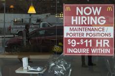 Placa anuncia vaga de emprego em um restaurante McDonalds, em Nova York. 7/03/2014. REUTERS/Keith Bedford