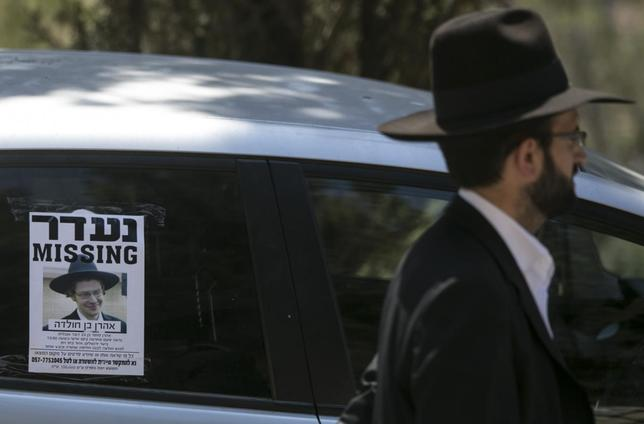 A flyer asking for help in the search for missing New Jersey native Aaron Sofer, 23, is taped to a car window near the Jerusalem forest August 28, 2014.  REUTERS/Baz Ratner