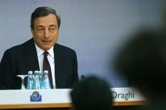 En la imagen se ve al presidente del Banco Central Europeo (BCE), Mario Draghi, hablando durante la rueda de prensa el 7 de agosto de 2014. La caída de préstamos para los hogares y las empresas de la zona euro se frenó más en julio y la oferta de dinero creció, aunque no lo suficiente para detener las expectativas de que el Banco Central Europeo finalmente proveerá más estímulo. REUTERS/Ralph Orlowski