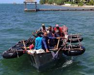 El bote de aluminio de fabricación casera con 16 migrantes cubanos detenido en la isla Gran Caimán en espera de una respuesta a una solicitud de refugio, 28 de agosto del 2014.  Las autoridades locales impidieron el desembarco del bote, citando un acuerdo migratorio con Cuba. REUTERS/Peter Polack