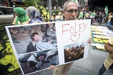 Homem exibe um cartaz em memória ao jornalista norte-americano morto pelo Estado Islâmico James Foley, durante protesto contra o regime de Assad na Síria, em Nova York, nos Estados Unidos, na semana passada. 22/08/2014 REUTERS/Carlo Allegri