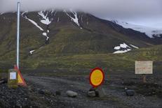 Предупреждающий знак на дороге к вулкану Бардарбунга 19 августа 2014 года. Небольшое извержение вулкана Бардарбунга произошло на севере Исландии спустя почти две недели подземных толчков, однако вулканического пепла в воздухе пока нет, сообщили власти страны. REUTERS/Sigtryggur Johannsson