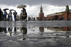 Люди на Красной площади дождливым днем в Москве 30 июня 2008 года. Наступающие выходные в российской столице будут прохладными и облачными, ожидают синоптики. REUTERS/Denis Sinyakov