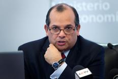 En la imagen, el ministro de Economía peruano, Luis Miguel Castilla, en una conferencia de prensa en Lima. 10 de abril, 2014. Perú recortó su estimación de crecimiento económico a un 4,2 por ciento para este año, desde un 5,7 por ciento proyectado anteriormente, mientras que para el 2015 redujo su proyección a un 6,0 por ciento desde un 6,5 por ciento previo, dijo el viernes el Ministerio de Economía. REUTERS/Enrique Castro-Mendivil