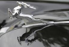 Эмблема ГАЗа на автомобиле в Латвии 28 сентября 2013 года.Крупнейший производитель легких коммерческих автомобилей в РФ Группа ГАЗ получил в первом полугодии 2014 года убыток в размере 1,3 миллиарда рублей против прибыли 196 миллионов рублей годом ранее, сообщила компания в опубликованном в пятницу отчете. REUTERS/Ints Kalnins