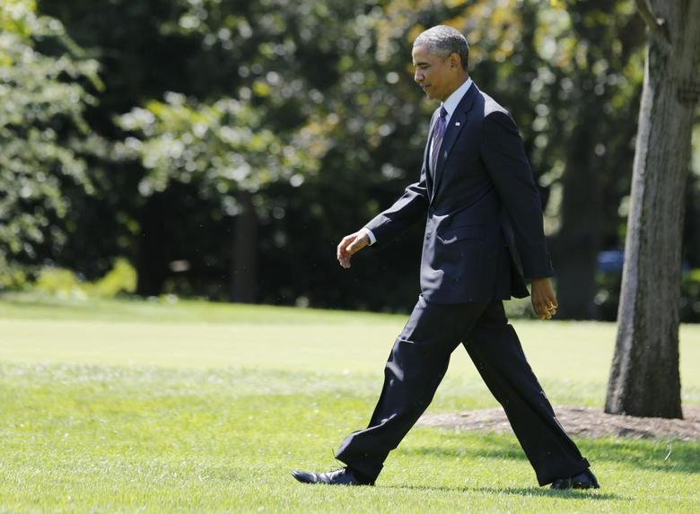 U.S. President Barack Obama walks on the South Lawn towards Marine One at the White House in Washington before departing for New York, August 29, 2014.     REUTERS/Larry Downing