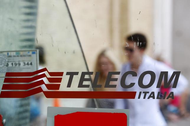 People walk past a Telecom Italia phone booth in Rome August 28, 2014. REUTERS/Max Rossi