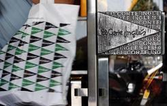 Le groupe espagnol de grands magasins El Corte Ingles a vu son bénéfice net de 2013 augmenter de 6% -la première hausse enregistrée en six ans- malgré un chiffre d'affaires en recul de 1,8% du fait d'une consommation qui reste atone. /Photo d'archives/REUTERS/Sergio Perez