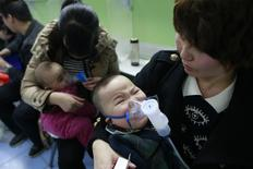 Children with respiratory illness receive treatment at a hospital in Beijing in this February 21, 2014 file photo. REUTERS/China Daily
