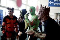"""Люди в костюмах героев фильма """"Стражи галактики"""" на фестивале Comic-Con в Сан-Диего 24 июля 2014 года. """"Стражи Галактики"""" остались на вершине кинопроката Северной Америки, попутно став самым кассовым фильмом года в США и Канаде. REUTERS/Sandy Huffaker"""