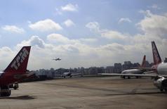 A demanda por transporte aéreo no Brasil avançou 0,6 por cento em julho contra igual mês de 2013, enquanto a oferta recuou 2,9 por cento, levando a taxa de aproveitamento das aeronaves a um resultado recorde para o mês em 10 anos, segundo a Anac. 11/06/2014 REUTERS/Ricardo Moraes