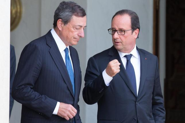 French President Francois Hollande (R) speaks with European Central Bank (ECB) President Mario Draghi at the Elysee Palace in Paris, September 1, 2014.   REUTERS/Philippe Wojazer