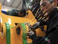 Operário trabalha em linha de montagem de uma planta da marca britânica J.C. Bamford em Sorocaba, São Paulo.  27/09/2012. REUTERS/Paulo Whitaker