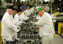 Un grupo de empleados de la firma Honda en la planta de ensamblaje de la compañía en Anna, EEUU, oct 11 2012. El crecimiento mundial de manufacturas se aceleró el mes pasado debido a que la actividad fabril en Estados Unidos subió con fuerza, pese a que la expansión en nuevos pedidos fue más lenta, mostró un sondeo publicado el martes.  REUTERS/Paul Vernon