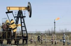 La production de pétrole a augmenté de 1% en Russie en août, ce qui montre que les sanctions imposées à Moscou pour son rôle dans le conflit ukrainien n'ont pas d'effet jusqu'à présent dans le secteur de l'énergie. /Photo d'archives/REUTERS/Sergei Karpukhin