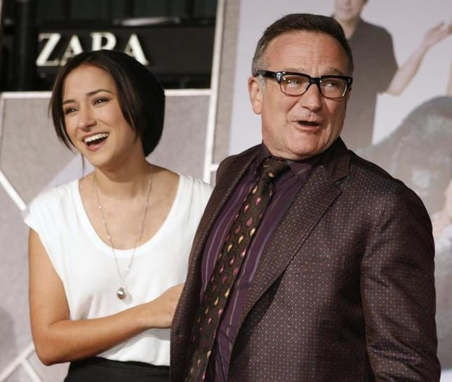 Actor Robin Williams (R) star of the new film ''Old Dogs'' poses with his daughter Zelda Williams as they arrive in Hollywood, California November 9, 2009. REUTERS/Fred Prouser