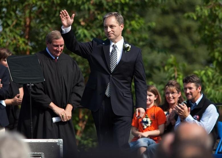 Newly inaugurated Alaska Governor Sean Parnell waves to crowd after being sworn in at the annual Governor's Picnic in Fairbanks, Alaska, July 26, 2009.   REUTERS/Nathaniel Wilder